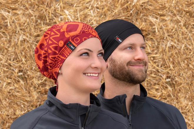 Frau mit hairtex Stall-Mütze mit Bändern in popblau